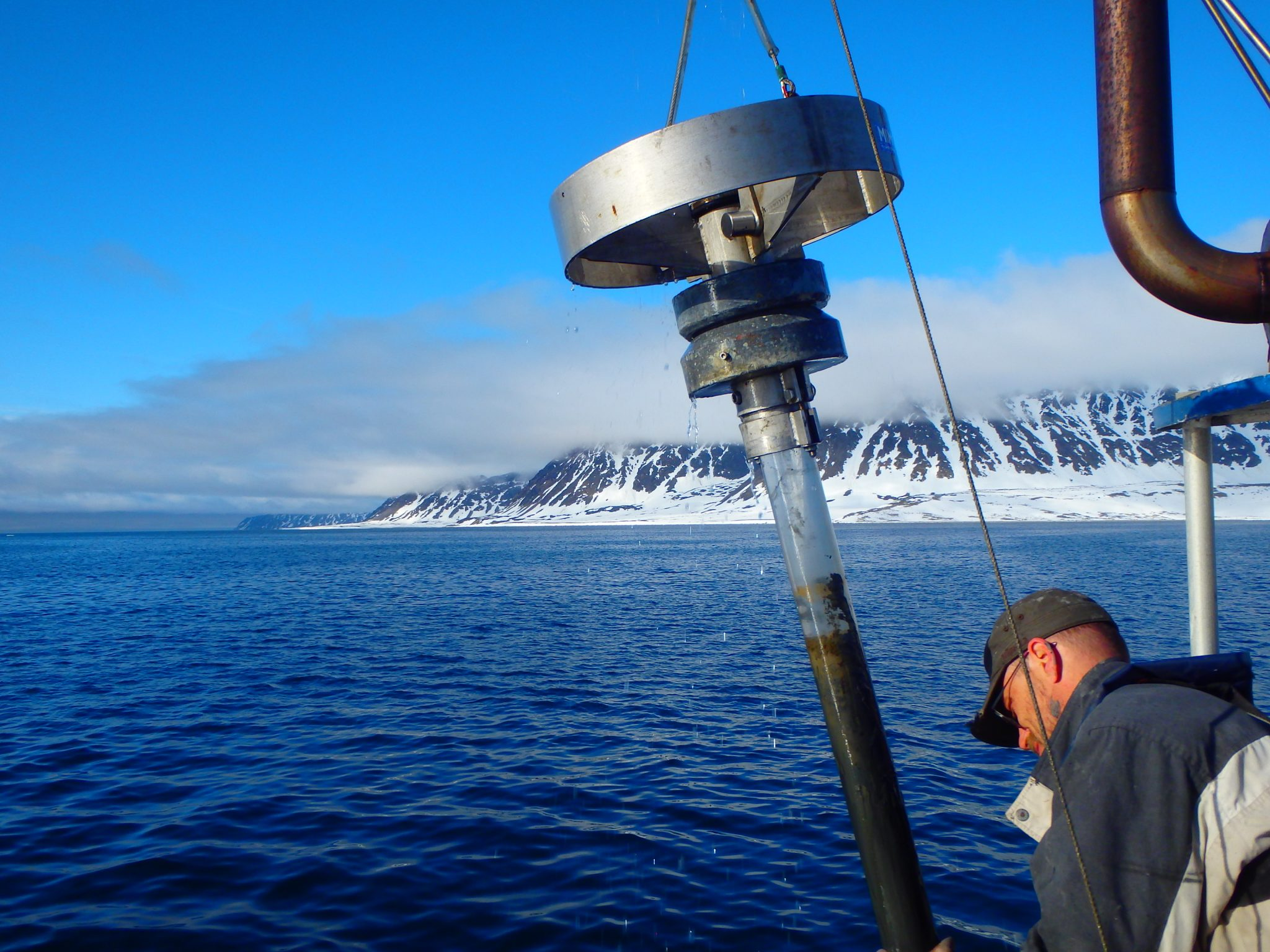 Sediment core being retrieved from Smeerenburgfjorden, Svalbard | Research Group Loy | APRI